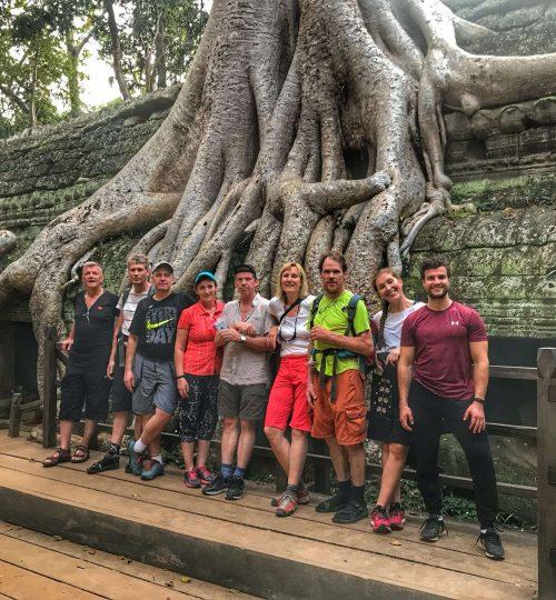Hópurinn sem fór í reiðhjólaferð til Kambódíu og Víetnam fyrir utan Angkor Wat 2017