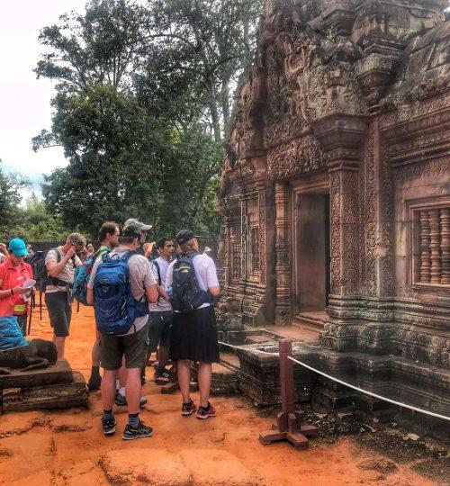Hópurinn skoðar rústir Angkor Wat 2018